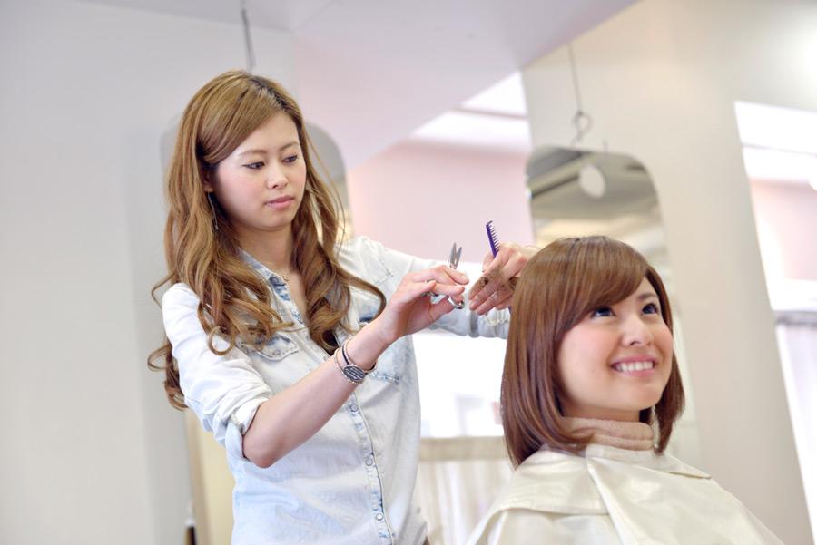 フリー写真 美容室でヘアカットする女性のポートレイト