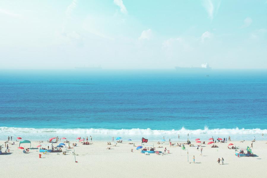 フリー写真 海と砂浜と海水浴を楽しむ人々