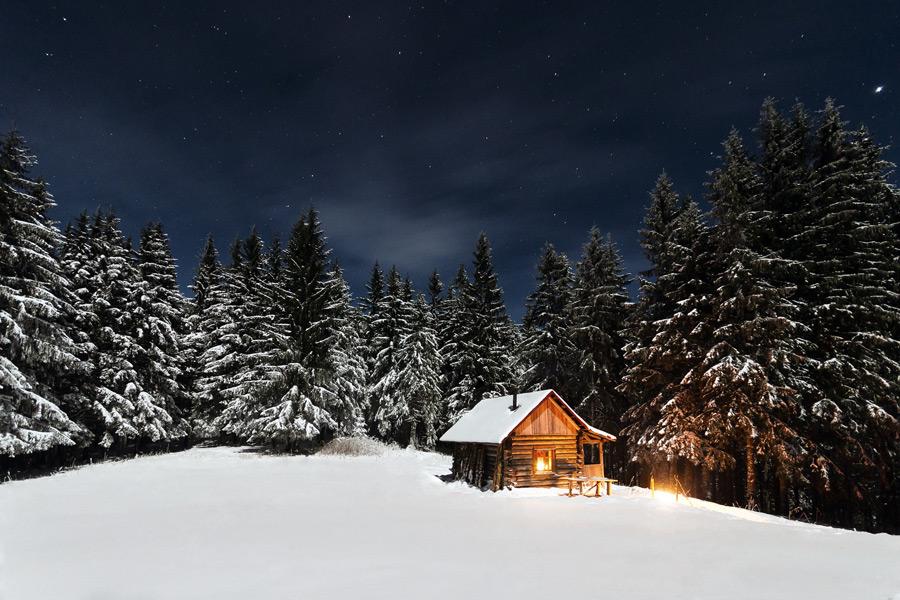 フリー写真 夜空と木々と山小屋の雪景色