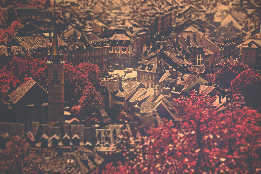 フリー写真 紅葉した木々とベルン旧市街の風景
