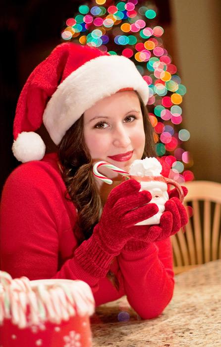 フリー写真 サンタの衣装でココアを飲むアメリカ人女性