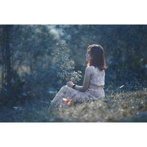 フリー写真, 人物, 女性, アジア人女性, ベトナム人, 横顔, 座る(地面), 草むら, 枝
