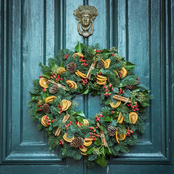 フリー写真 扉に飾られたクリスマスリース