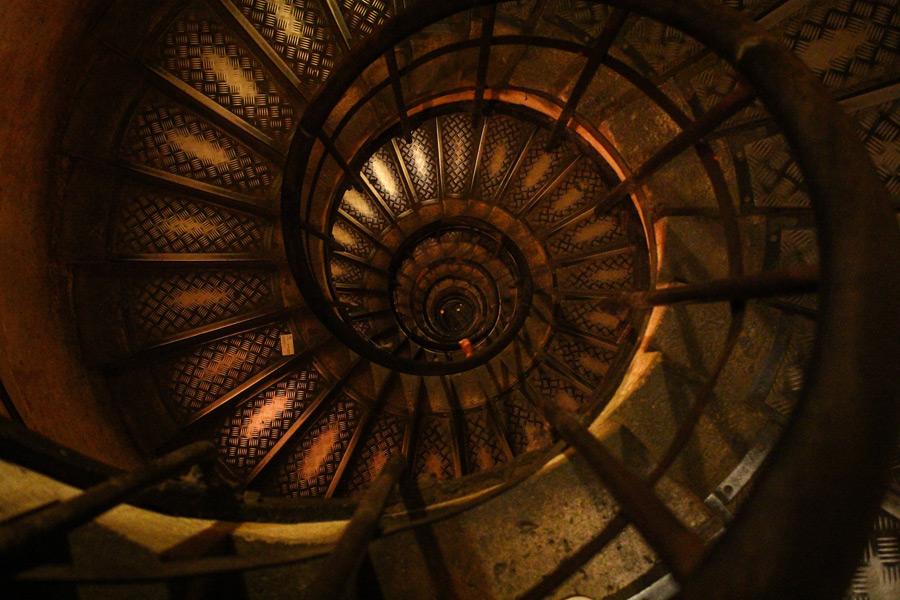 フリー写真 上から見下ろすらせん階段の風景