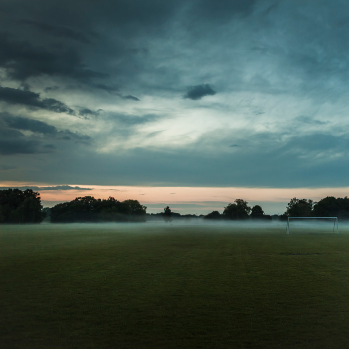 フリー写真 朝霧とサッカーグラウンドの風景