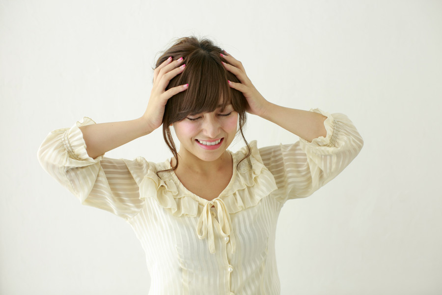 フリー写真 頭か抱える日本人女性