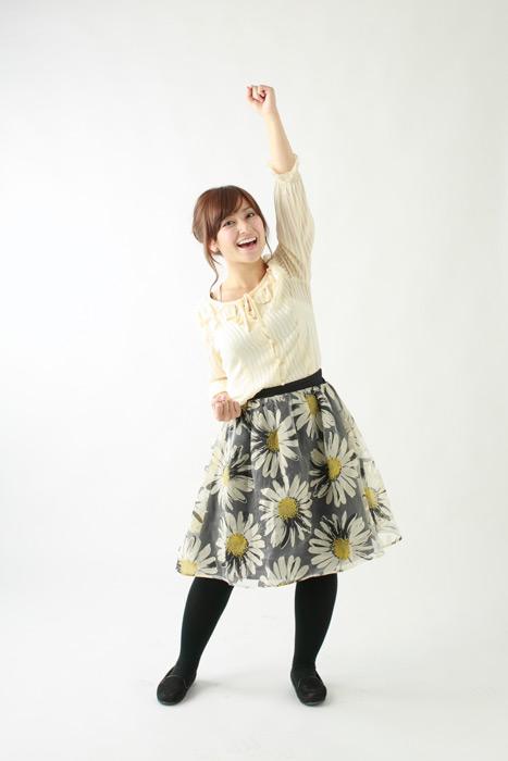 フリー写真 拳を突き上げる日本人女性の全身ショット