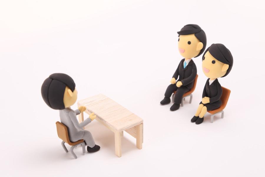 フリー写真 就職面接中の人形