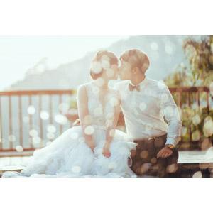 フリー写真, 人物, カップル, 花婿(新郎), 花嫁(新婦), キス(口づけ), 愛(ラブ), ウェディングドレス, 結婚式(ブライダル), 二人, 玉ボケ