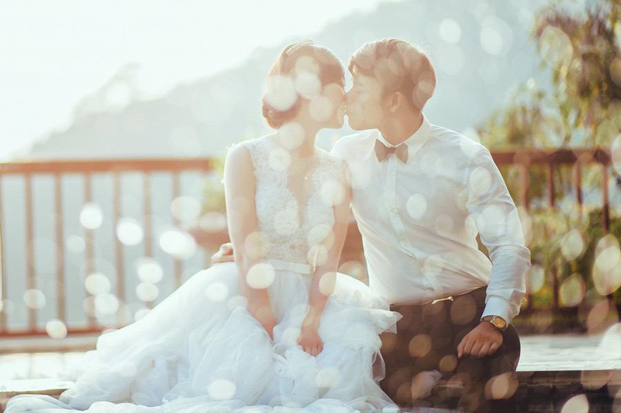フリー写真 光の玉ボケとキスをする新郎新婦