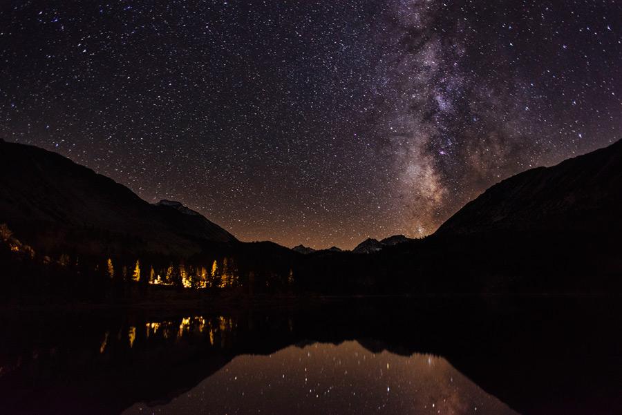 フリー写真 夜空の天の川と湖の風景
