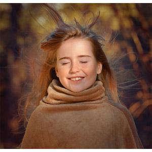 フリー写真, 人物, 子供, 女の子, 外国の女の子, 女の子(00034), 髪がなびく, 目を閉じる