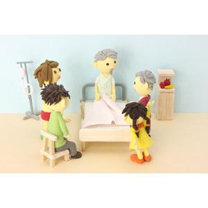 フリー写真, 人形, 家族, 親子, 三世代家族, 祖父(おじいさん), 祖母(おばあさん), 父親(お父さん), 母親(お母さん), 娘, 病院, 入院, お見舞い, 病室, 医療, ベッド, 病気