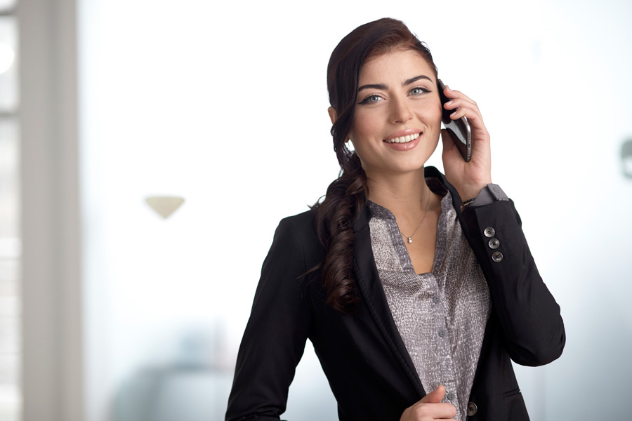 フリー写真 携帯電話で話している外国のビジネスウーマン