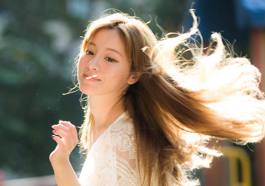 フリー写真 髪の毛が舞う女性のポートレイト