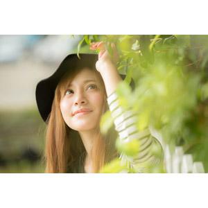 フリー写真, 人物, 女性, アジア人女性, 女性(00110), 中国人, 帽子, 見上げる