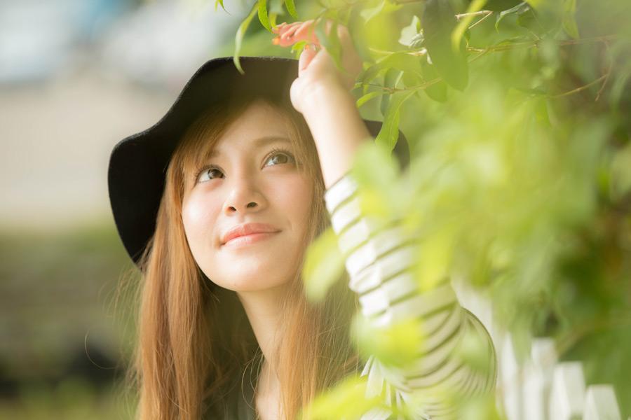 フリー写真 枝葉を見上げる女性のポートレイト