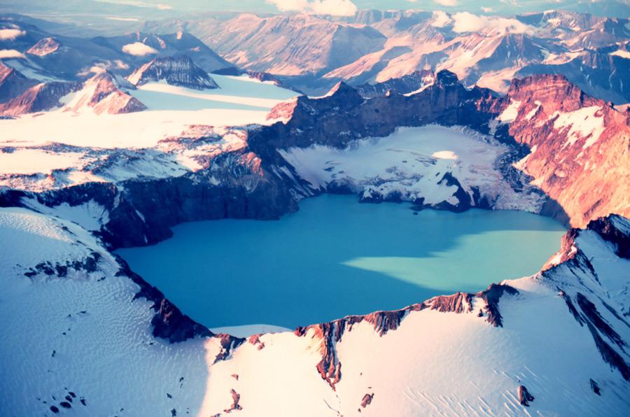 フリー写真 カトマイ山とカルデラ湖の風景