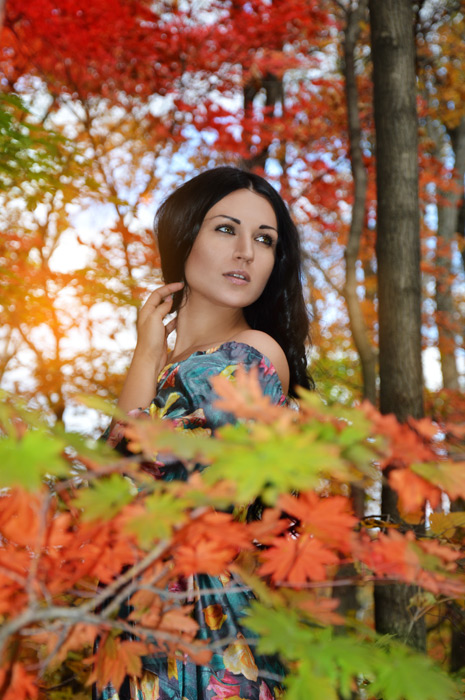 フリー写真 紅葉した木々とロシア人女性
