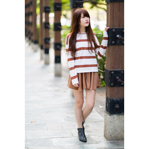 フリー写真, 人物, 女性, アジア人女性, 中国人, 欣欣(00001), Tシャツ, ミニスカート, 見上げる(上を向く)