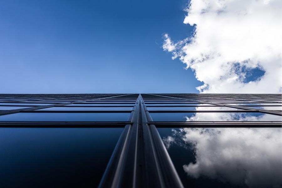 フリー写真 ビルの窓ガラスに映る青空と雲