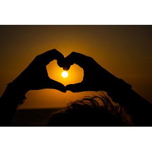 フリー写真, 人体, 手, 手でハートを作る, ハート, 夕暮れ(夕方), 夕焼け, 夕日, 太陽