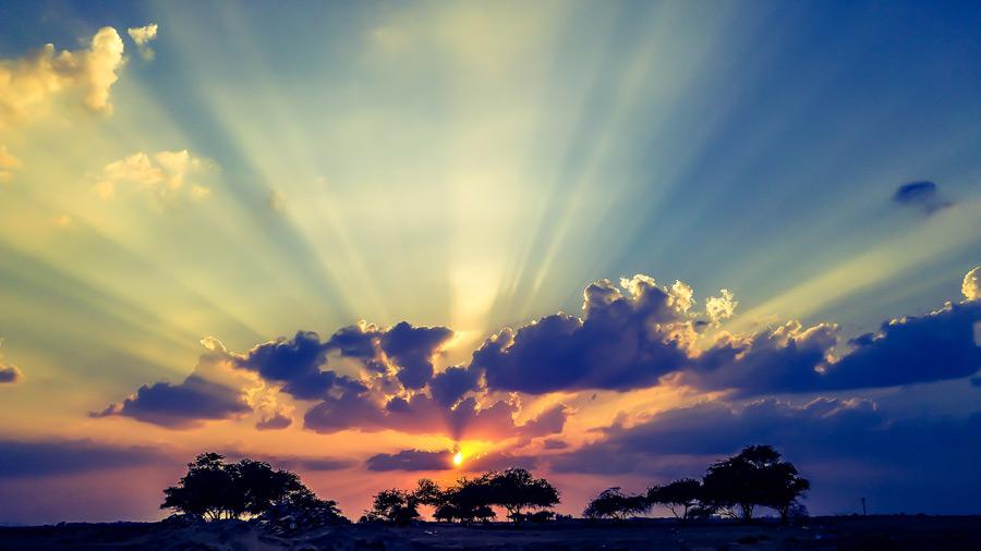フリー写真 夕日と薄明光線の風景