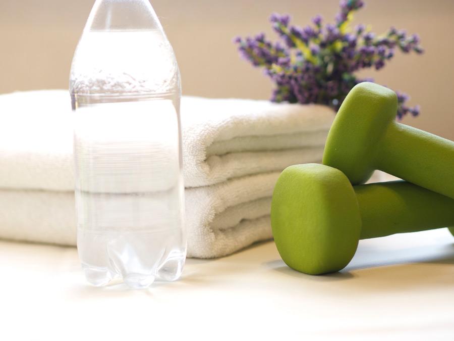 フリー写真 飲料水とタオルとダンベル