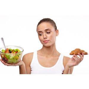 フリー写真, 人物, 女性, 外国人女性, 女性(00100), 食べ物(食料), 野菜料理, サラダ, パン, クロワッサン, 悩む, タンクトップ
