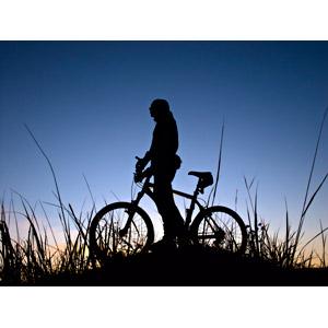 フリー写真, 人物, 乗り物, 人と乗り物, 自転車, マウンテンバイク, シルエット(人物), シルエット(乗り物), 草むら, 夕暮れ(夕方)