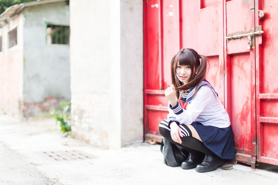 フリー写真 セーラー服姿でしゃがんでいる女子高生