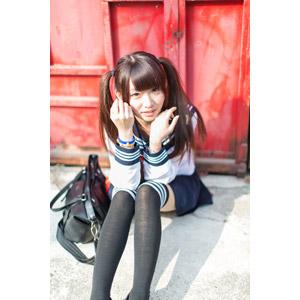 フリー写真, 人物, 少女, アジアの少女, 小花(00096), 中国人, 学生(生徒), 高校生, 学生服, セーラー服, ツインテール, 座る(地面)