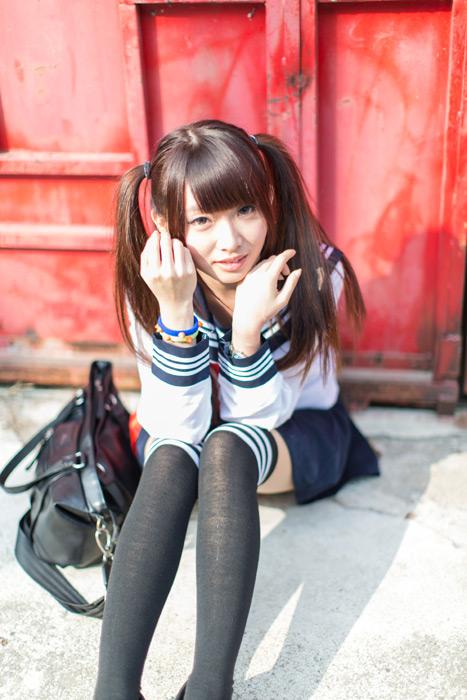 フリー写真 セーラー服姿で地面に座り込む女子高生