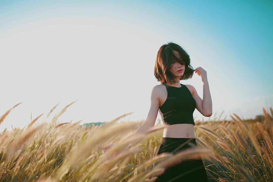 フリー写真 草むらの中のベトナム人女性