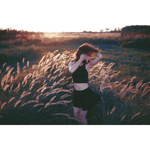 フリー写真, 人物, 女性, アジア人女性, ベトナム人, 女性(00111), 草むら, 夕暮れ(夕方), 横顔, 髪がなびく