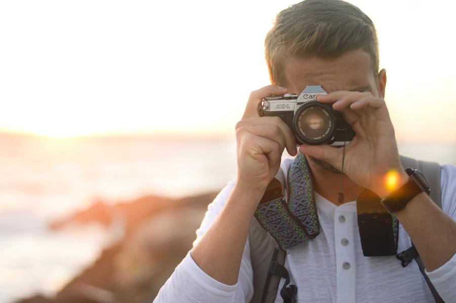 フリー写真 キヤノンAE-1のカメラで写真を撮る外国人男性