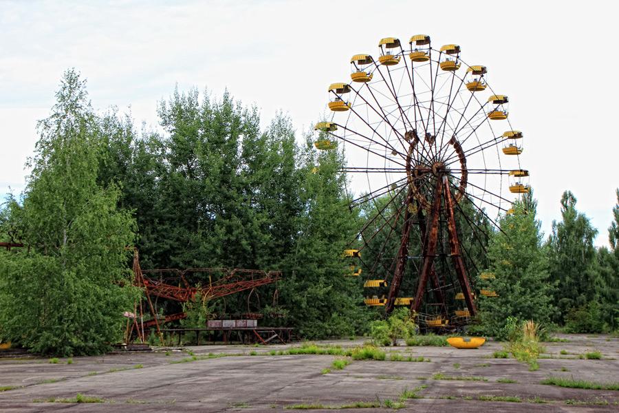 フリー写真 チェルノブイリ原発事故によって廃墟となった遊園地の観覧車