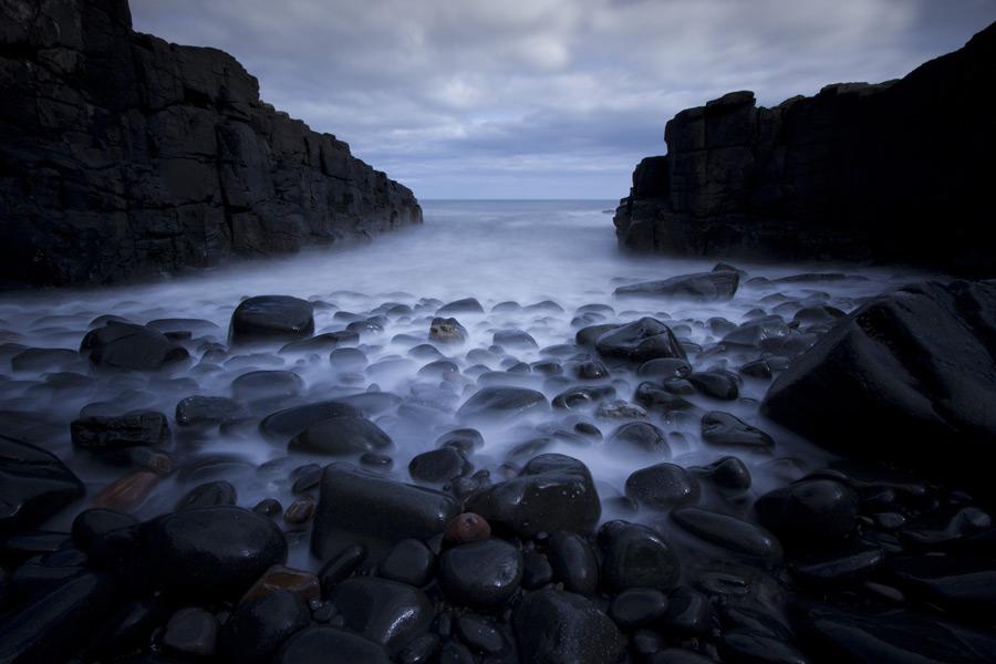 フリー写真 石と岩のある海岸風景