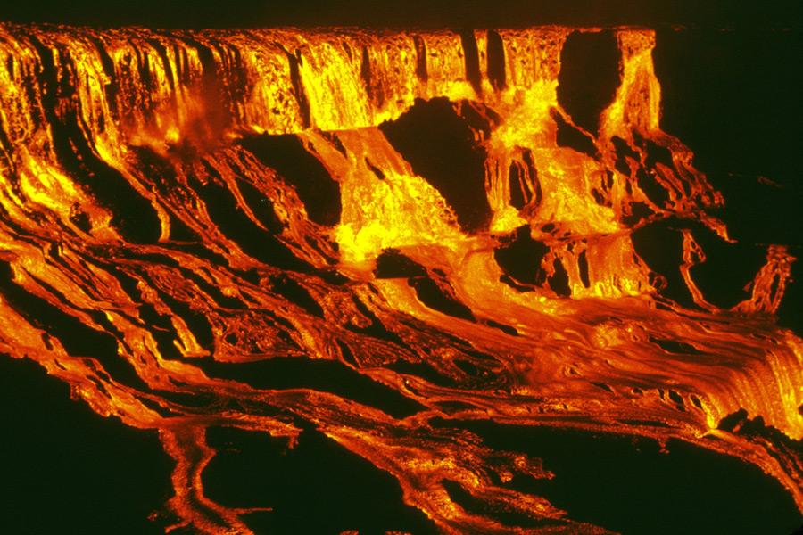フリー写真 キラウェア火山の噴火によって流れ落ちる溶岩