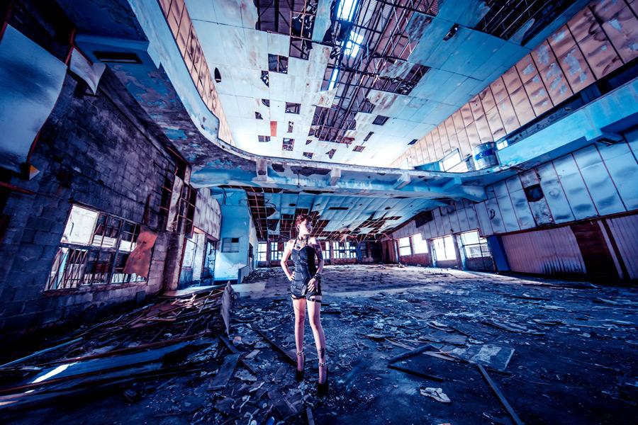 フリー写真 廃墟の建物の中に立つ女性