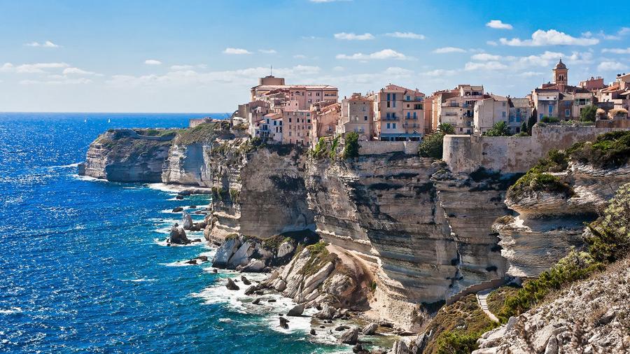 フリー写真 コルシカ島の崖の上に建つ街並み風景