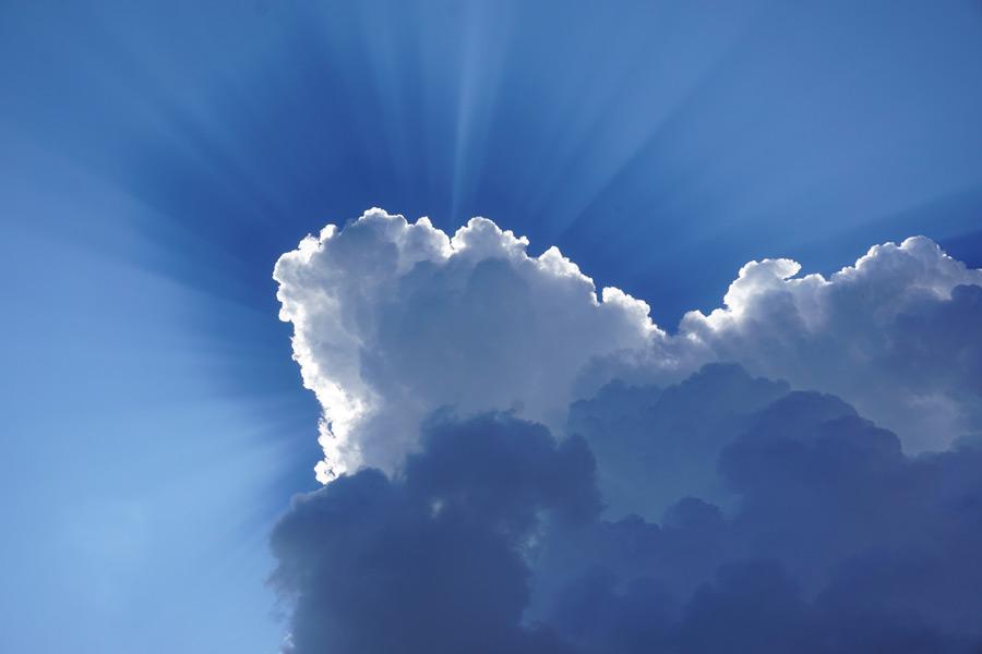 フリー写真 雲と薄明光線の空の風景
