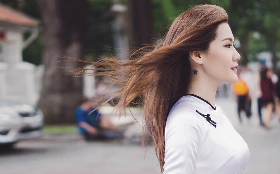 フリー写真 髪の毛が風になびいている女性の横顔