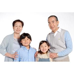 フリー写真, 人物, 家族, 祖父(おじいさん), 祖母(おばあさん), 孫, 子供, 祖父(00010), 祖母(00011), 男の子(00020), 女の子(00021), 四人, 白背景