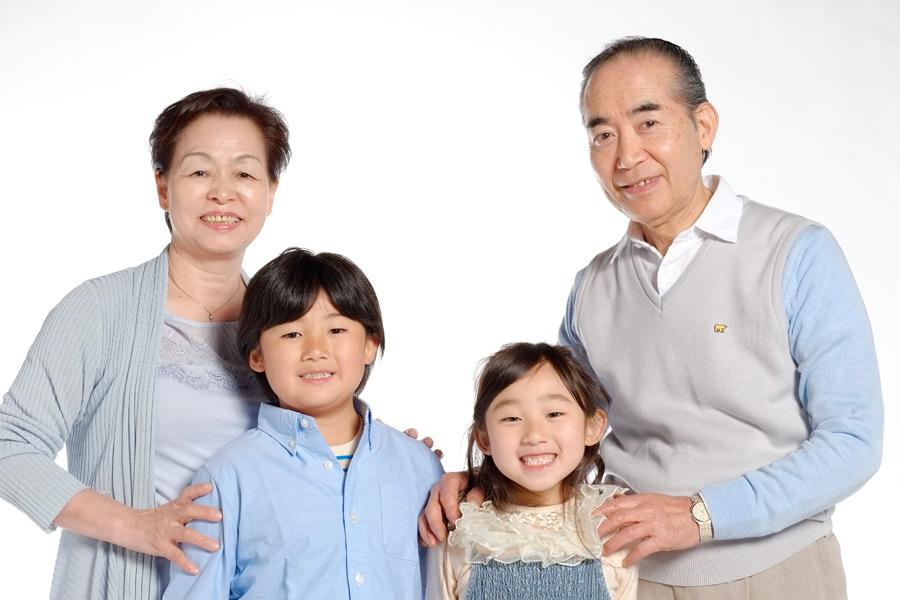 フリー写真 おじいさんとおばあさんと孫