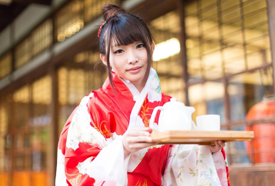 フリー写真 着物姿でお茶を運ぶ女性