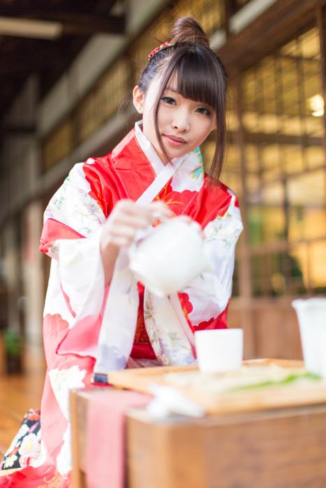 フリー写真 着物姿でお茶を入れる女性