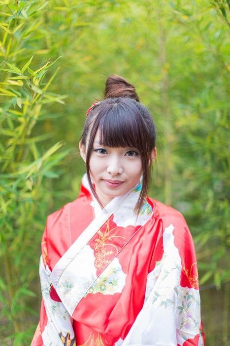 フリー写真 着物姿で竹の前に立つ女性