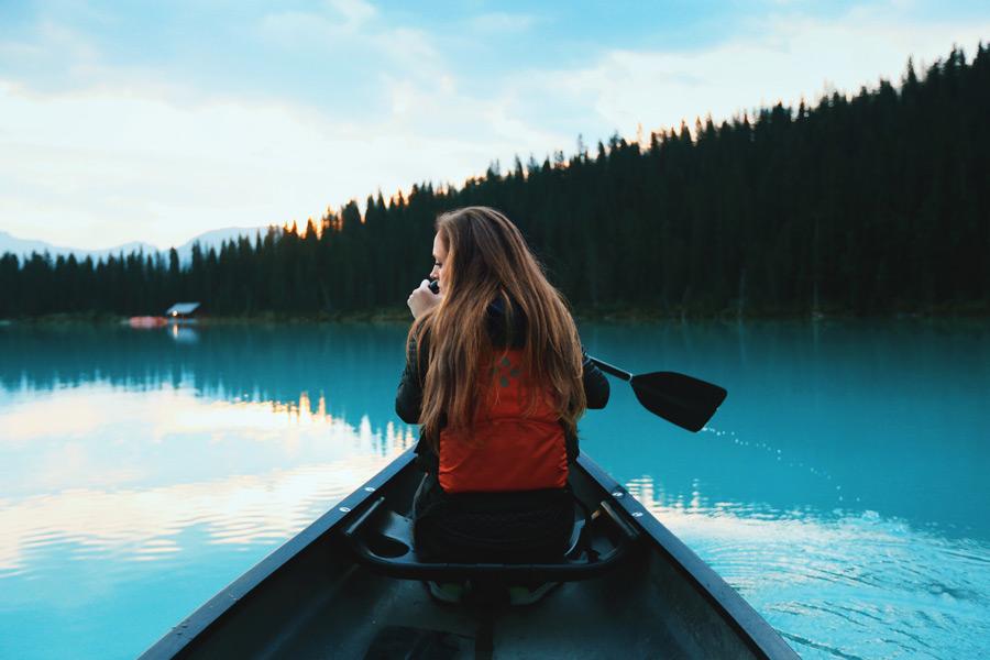 フリー写真 ルイーズ湖でカヌーに乗る外国人女性