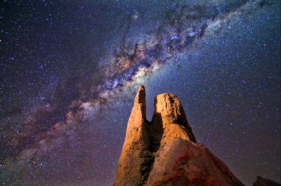 フリー写真 石灰岩と天の川の風景